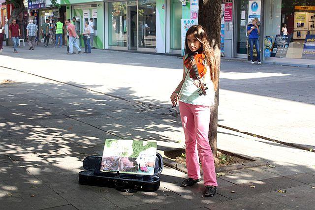 Kendi Küçük Kalbi Büyük Tuana Sokaklarda Keman Çalarak Kedi Evi Yaptırdı