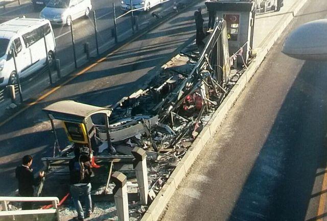 Küçükçekmece'de Feci Kaza! Servis Aracı Metrobüs Durağına Girdi!