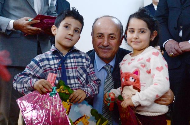 Vali Seyfettin Azizoğlu ; Kitap okuyun, Kayak yapın