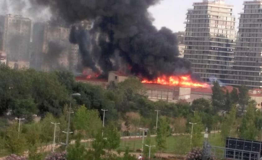 Zeytinburnu'ndaki yangın İstanbul itfaiyesini alarma geçirdi