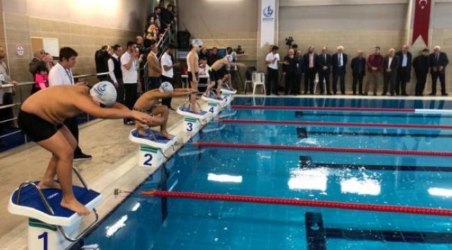 Geleceğin yüzücüleri Bağcılar'da şampiyonluk için kulaç attı