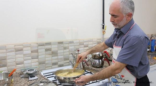 Kaynakçı kadın, yemek yapmayı öğrenen erkek