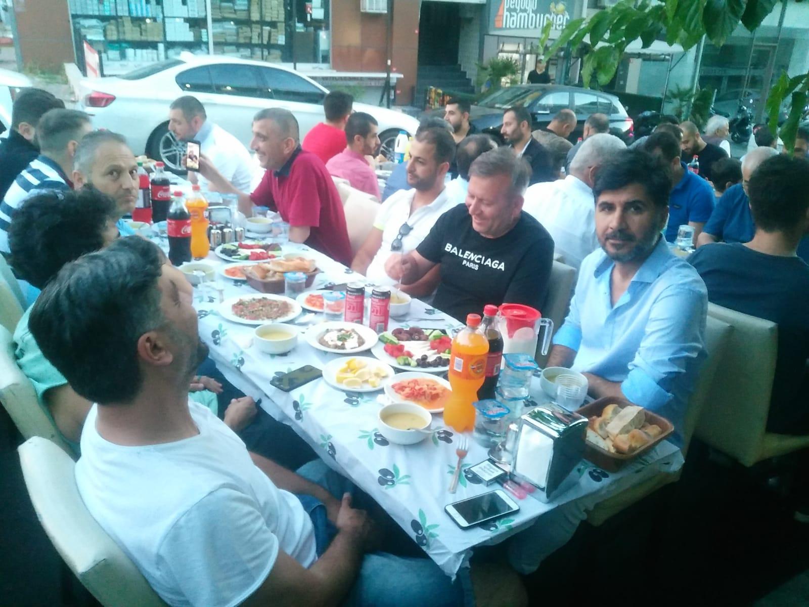 Mecitoglu ailesi iftar bereket sofrasını dostlarıyla paylaştılar