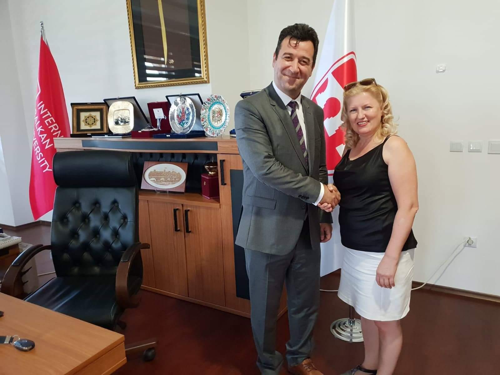 Balkan üniversitesi temsilcilik bayrağı Kıymet Kara'da