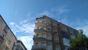 Çatı balkonu çöktü, facia kıl payı atlatıldı