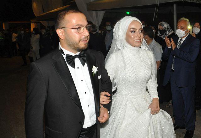 Burak Talha Dalkılıç ve Kübra Akın dostlarının şahitliğiyle dünya evine girdiler