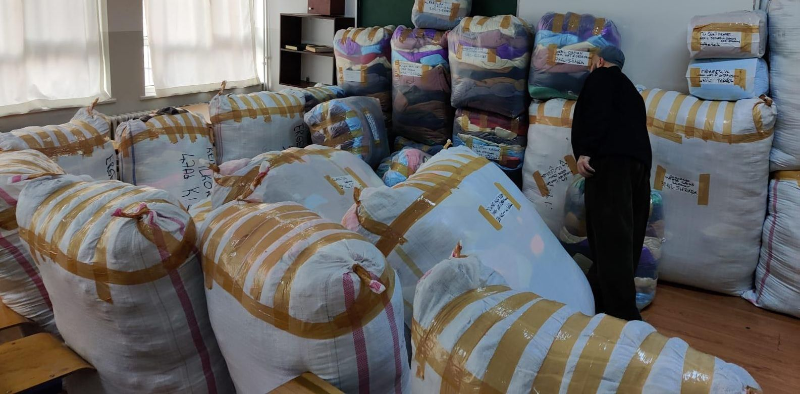 Günesiad'ın 1400 öğrenciye mont hediyesi Güngören'e ulaştı