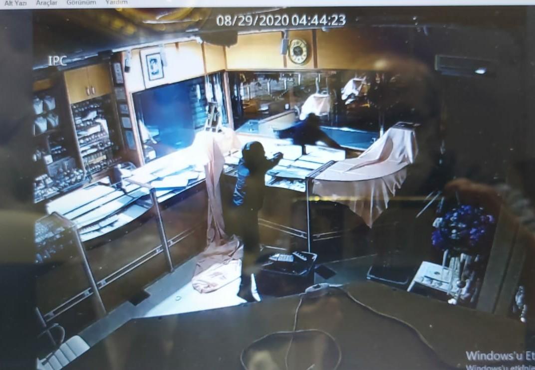 Güngören'de 10 kilo altın çalan kuyumcu soyguncuları kıskıvrak yakalandı