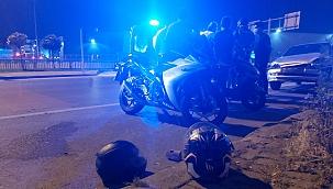 Müşteri kapmak için manevra yapan taksiye motorsitlet çarptı, 2 yaralı
