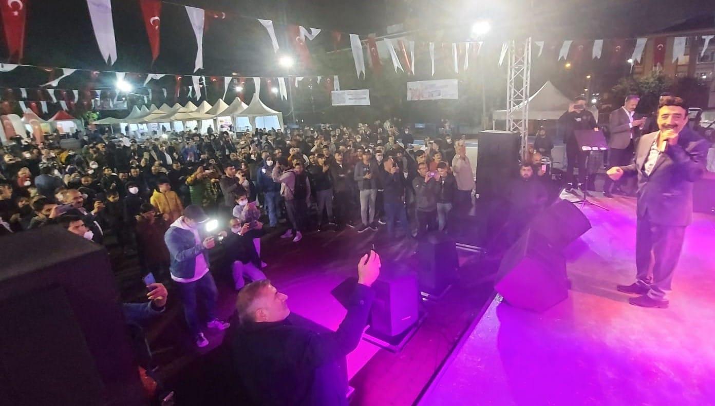 Hakkı Bulut sevgisi Arapgir Üzüm Festivali'nde yağmur çamur dinlemedi