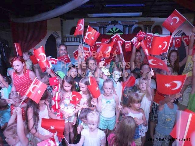 CLUB SUN HEAVEN ÇOCUK MİSAFİRLERE TÜRK BAYRAKLARI DAĞITTI