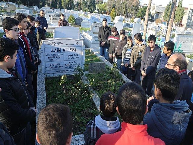 Prof. Dr. Sabahattin Zaim'i kabri başında dualarla anıldı