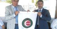 İstanbul Hakiş başkanı Orhan İlhan bayrağı Mustafa Şişman'a teslim etti